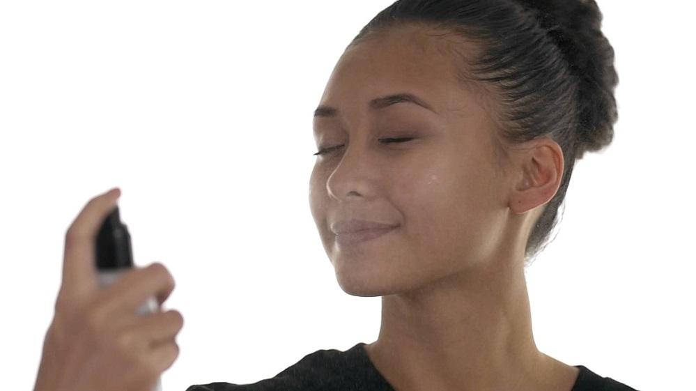Les 3 meilleurs sprays fixateurs de maquillage pour peaux grasses – Avis & coups de cœur