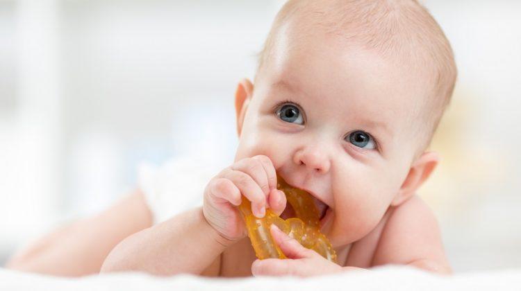 La poussée dentaire peut-elle causer de la fièvre chez les bébés ?